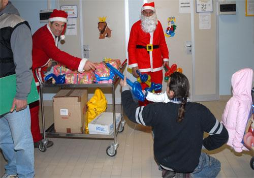 Il folletto e aiutante di Babbo Natale, riconoscibile, in quanto non ha la barba, Gabriele Brunelli